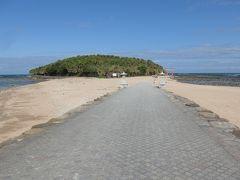 橋を渡り終えて青島の海岸砂浜