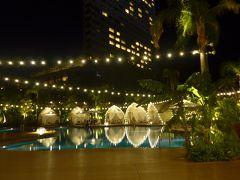 とても綺麗にライトアップされたプールサイド 水面に同じ景色が映り込みます