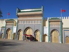 広い道路にモロッコ国旗がいっぱい並んでいる道をしばらく行くと王宮がありました 豪華ー