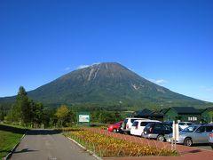 下山後、真狩温泉の駐車場から眺める羊蹄山  隣には、ユリ園コテージがある。