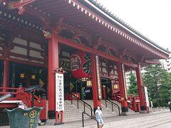 浅草寺の前を通過します。