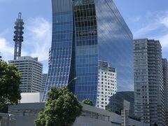 神奈川県横浜市・みなとみらい『The Kahala Hotel & Resort Yokohama』  2020年9月23日に同時オープンした『ザ・カハラ・ホテル&リゾート 横浜』(計146室)&完全会員制ホテル『横浜ベイコート倶楽部  ホテル&スパリゾート』(計138室)の外観の写真。  横浜みなみとみらいの海辺に建つ地上14階建ての一面がガラスウォール の建物で、東側が流麗な線形のデザインになっています。  ホテルのデザインコンセプトは「アール・デコ」の流麗な線形、 幾何学模様やエキゾチックな装飾と現代的なエレガンスを融合した 「ヌゥー・デコ(Nou Deco)」だそうです。 建物は波が寄せては返す「汀(みぎわ)」をイメージし、 一面のガラスウォールは降り注ぐ太陽と幻想的な夜景を映し出します。