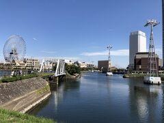 横浜・みなとみらいの写真。  右のホワイトのビルはいつか泊まってみたい 2019年9月20日に開業した『アパホテル&リゾート〈横浜ベイタワー〉』 です。  水の中に棟が立っていますよね・・・。ロープウェイです。  後日『アパホテル』に宿泊した際のブログ↓  <横浜みなとみらいを望む『アパホテル&リゾート〈横浜ベイタワー〉』 宿泊記 ① 高層階からの眺望は遊園地『コスモワールド』の観覧車& 横浜ベイブリッジ♪プール&大浴場&ジャグジーが快適!>  https://4travel.jp/travelogue/11673645  <『アパホテル&リゾート〈横浜ベイタワー〉』宿泊記 ②  朝食ブッフェ★クラフトビール醸造所【レボ・ブルーイング】で ディナー&お部屋からの夜景☆彡>  https://4travel.jp/travelogue/11677989
