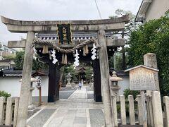「京都一条妖怪ストリート」 大将軍商店街を歩いていますが、妖怪ストリートののぼりがボロボロで寂しい雰囲気なので、通りすがりの神社をパシャリ。  大将軍八神社 http://www.daishogun.or.jp/