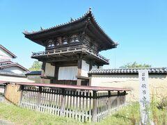 ものの10分くらいで到着。バス停からもまっすぐ歩いて2~3分。 旧奈良監獄もこの近く。  写真は楼門。国宝です。