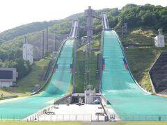 スノーピークを出て、長野オリンピックのジャンプの会場となった競技場に来ました。向かって左側はノーマルヒル、右側がラージヒル。
