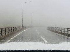 この後どんどん標高が高くなっていきます。 この日の三国峠(上士幌町)付近は濃霧! 見えない見えない。  道端の反射板を頼りに運転します。