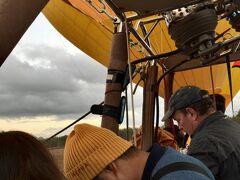 ケアンズ到着時の現地係員のセールスに乗っかり、 追加オプションの熱気球ツアーに参加しました。  朝4:10にホテルに迎えに来て、何ヶ所かピックアップが続き、 かなりの距離をバスは走り、どこかに連れていかれました。  グループ分けされて、熱気球に乗り込みました。