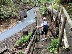 天然足湯に到着しました。 山道に入ってからは、5分でした。 (大湯沼横の駐車場からは11分)  (9:19)