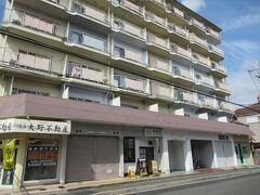 10:25 バス停から徒歩5分。「佰食屋」到着。 店は7階建てのマンションの1階にあります。