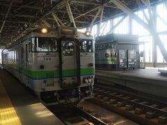 再び深川駅に戻り、今度は旭川駅へ向かいました。今回の旅で、何度も来る事になってしまった旭川駅(汗  この日は具体的な目的地を決めずに、旭川周辺を走るキハ40に乗って動画撮影します。  早速やって来たのが宗谷本線の快速「なよろ号」のキハ40 700番台。