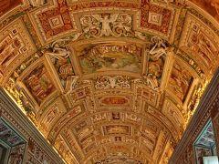 上の階に移動しました。 丸天井で覆われたグレゴリウス13世の 命で描かれたイタリア各地の地図が展示されてます。  今回の旅で行ったヴェネチア フィレンツェ ピサなど 直ぐに見つけられるぐらい分かりやすかったです。