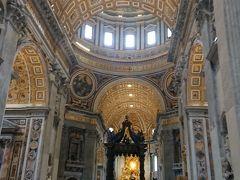 世界最大級の教会ですから中にはいると その内部の価値も高いことがわかります。  今回のヨーロッパ5カ国周遊でフランス・ドイツ オーストリアにも巨大な教会はありましたが、 ヴァチカンのサン・ピエトロ大聖堂は別格です!