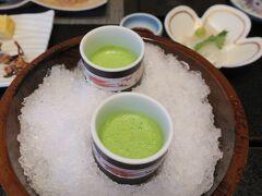 山形旅行2日目。一夜明け、九兵衛旅館の朝食。まずは、小松菜の野菜ジュース。身体にしみますねえ。