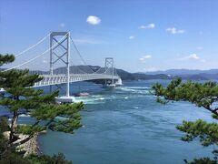 お茶園展望台より鳴門海峡と大鳴門橋を臨む。大潮直前なのでかなり潮の流れが早く強い。