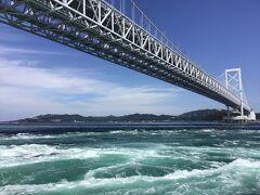 デッキに上がって、渦と大鳴門橋の写真撮影に狂喜乱舞する乗客たちとともに景色を堪能