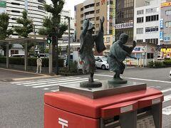 レンタカーをオフィスに返却して、そのまま徳島駅まで送迎。 駅前にはいかにも徳島を思わせる、阿波踊り像が。