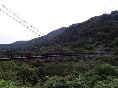 翌朝、朝食前に朝の散歩。ホテル近くの吊橋を渡って対岸へ。