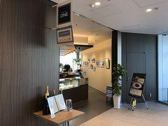 横浜・馬車道『LUXS FRONT』2F【Universal Dining ONE】  商業施設『ラクシス フロント』のフレンチ コンチネンタル 【ユニバーサルダイニング ワン】の写真。  検温&手指消毒をして店内に案内してもらいます。  県内の生産者から直接仕入れた新鮮な食材を使い、誰にとっても ユニバーサルでストレスフリーなFARM toTABLEレストラン