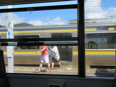 保田駅で下り普通電車と行き違い。