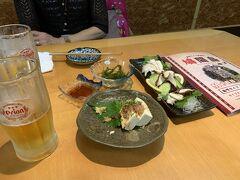 3日目のお宿は1日目と同じ「 沖縄かりゆしアーバンリゾート・ナハ 」。 ホテルに着いたら直ぐ国際通りに出陣。 国際通りのほぼ真ん中、ドン・キホーテ隣の「島唄ライブ鳩間島」にやってまいりました。 飲んで食べた後ですが、タコ刺しに島豆腐と海ブドウ。
