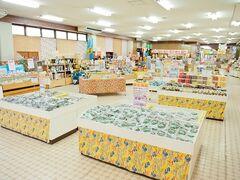 読谷村座喜味の沖縄黒糖工場見学。 サトウキビから黒糖ができるまでの行程を見学し、併設されたショップでチョコっとお買い物。