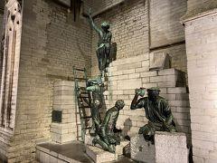 聖母大聖堂の片隅に銅像たちが