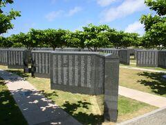 「沖縄県営平和祈念公園」 国籍や軍人、民間人の区別なく、沖縄戦などで亡くなられたすべての人々の氏名を刻んだ記念碑「平和の礎」がございました。 確か総数で20万人以上だったような。 我が山形県人のお名前も多数ありましたので手を合わさせていただきました。