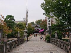 繩手通り沿いにある四柱神社。縁結びの神社ですので、破局・離婚・片思いなどで悩んでいる方は是非お参りに行きましょう。 『よはしらじんじゃ』と読むそうで地元では『しんとう(神道)さん』と呼ばれているようです。今まで「しちゅうじんじゃ」と思い込んでました。ごめんなさいぃ。