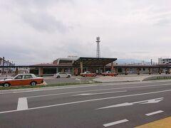 ナビに連れられてお店の前までは辿り着いたけど、駐車場がないんです(予め分かっていたけど)。で、駒ケ根駅横の2時間無料の市営駐車場に停めに行きます。写真はJR駒ケ根駅。