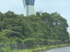 ハワイアンズに行く前に、ちょっとだけ公園に行くことにしました。「いわきマリンタワー」が見えてきました。このタワー近くです。