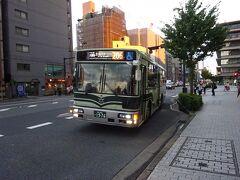さて、目指すお店はここから歩いて20分くらいの場所。 でも8月下旬の京都、この時間でもまだ余裕で30℃を越えており、軟弱者の私は駅前から路線バスに乗る。 やってきたのは206系統のバス。京都駅前を通る系統だった(笑)