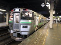 札幌駅到着。 札幌駅って駅自体は高架で人工的な構造物ながら、遠くにいくような旅情があって好きなんです。  個人的にな経験に加え、暗いホーム、ディーゼルカーのエンジンの唸り声、立ち食いそばや駅弁屋の佇まい、各方面へ向かう列車の行き先表示の地名なんかがそうさせるんでしょうが