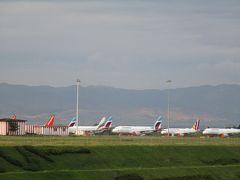 ソフィア空港(ブルガリア)到着 飛行場隅には、エンジンに赤いカバーを掛けられて停められている飛行機が沢山ありました。ブルガリア発着の便はキャンセルが多く、待機中の飛行機が一杯のようです。 ブルガリアのソフィア空港では入国審査後、臨時に置かれたようなテーブルの前に2人の女性審査官がいて、どこの国からの入国か聞かれました。日本からと答えると、プリントを調べて、OKということですぐに荷物受取所に入ることが出来ました。