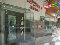 メトロ・セルディカ駅で乗換え  ホームに遺跡で発掘された品々が展示されています。