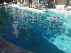 友人にとっては浮き輪はそこまで大切じゃないみたいなので、忖度して引き上げました。 場所を変えてホテルのプールです。