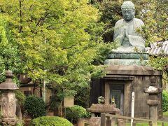 天王寺/釈迦如来坐像 通称「谷中大仏」  大仏様の正面に六面六地蔵石幢(せきどう)が祀られています。