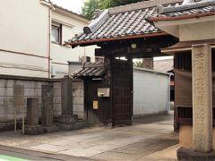 観音寺 新義真言宗の寺院で、慶長年間に神田北寺町から移転してきたお寺のひとつです。 赤穂浪士ゆかりで、討入りの会合にもよく使われ、討入り後には赤穂浪士供養塔が建立されました。 六地蔵があるとのことで訪ねてみましたが、現在は工事中にて、移設保管されているそうでした。