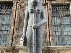 こちらが【エジプト博物館(Museo Egizio)】ですー。ファサードの両脇に鎮座する巨大なセクメト女神(ライオンの頭を持った女神)の石像がお出迎えですヨー('ヮ' ) 前回(2015年)トリノに来て以降、BMOに「次、トリノに行ったら、エジプト博物館に行こうヨー」と訴えて来たPotty。でも、なぜか色良い返事はもらえず終いでしたー。歴史好きで遺跡好きなくせに、なにゆえ~( ´θ`)  と、問うたところ、返って来たのは「なんでイタリアに来て、エジプトを見なきゃいけないの? どうせならエジプトで見たいし、トリノに来たら他に見たい場所があるでしょ?」ですって(  -᷄ω-᷅ ) だってトリノの【エジプト博物館】はカイロに次いで世界第2位の収蔵規模なんですヨー? エジプトまで行かなくても観られるんですヨー? エジプトなんて行くのたいへんそうだし、行ってもたいへんそうだし、ボールペンをたくさん持ってかないとイケナイらしいし……さめざめと繰り言を並びたてる小さな生きものが、不憫だったのかどうかはわかりませんが、最終日にBMOのお許しが出ましたヨー(*'ω'*)