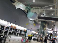 松山空港に到着して電車を待っているところ。駅員の方が日本語ペラペラで驚きました。駅構内には謎のモニュメントが吊り下げられていました。松山空港は桃園空港と比べて規模は劣るものの市街地に近くアクセスは良好です。