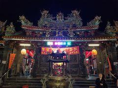 夜市の近くのお寺。建物の装飾が日本とは大違いでLEDの表示板も輝いていました。