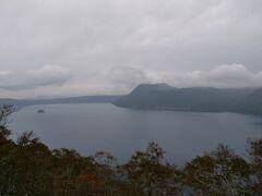 摩周湖に到着、天候がいまいち。 「霧の摩周湖」という歌があるが霧がでると摩周湖は全く見えないとSBさん。