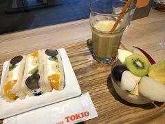 食後のデザート、果物が食べたく、イムズのTOKIOに行きました。平日は15時まで、土日祝日は14時までがランチタイム。ぎりぎりランチタイムです。さっきランチを頂いたばかりですが。  フルーツサンドが美しく、目が(?)欲しがったので、フルーツサンドセット 1000円を。氷抜きで。ジュースには、バナナとリンゴと何かが入っていて、ミントのようなさっぱり感があって、尋ねました。ミントなどは入っていないとのこと。私の味覚がおかしい?エッ?コロナ?あちこちで熱を測られますが、熱はありませんけど???