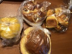 博多に着き、まずは阪急へ。パンを買いました。1個100円。右端のは5個入りで 200円でした。季節のカボチャが入っています。