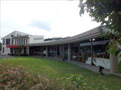 まずはこちらが『きらら館』。  ギャラリーロード バス停留所のすぐそばにあります。