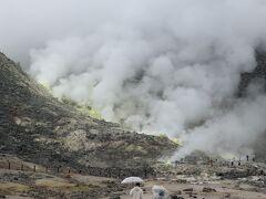 次に訪れたのは川湯温泉にほど近い硫黄山です。 悪天候の中であっても、硫黄臭の立ち込める中その迫力は十分に感じられました。