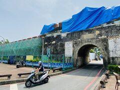 左營到着。鳳山縣舊城の門は修築中だった。