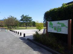 車で15分ほどで「城山公園」に到着しました。城山公園は善光寺に面していて、比較的広い無料の駐車場があるのでここに車を停めて、園内を散策しながら善光寺の方に向かいました。公園から善光寺までは歩いて5分ほどでした。