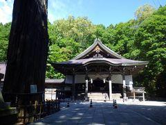 樹齢700年超の御神木を携えた荘厳な社殿が鎮座していました。