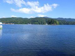 「いもり池」から車で10分ほどで「野尻湖」に到着しました。ナウマンゾウの化石の発見で有名な野尻湖ですが、スイレンに覆われた「いもり池」を見た後のせいか、とてもきれいに見えました。訪れる人も少なくゆったりと湖を眺めることができました。